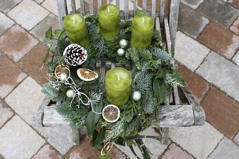 Julkrans med gröna stearinljus arkivbild