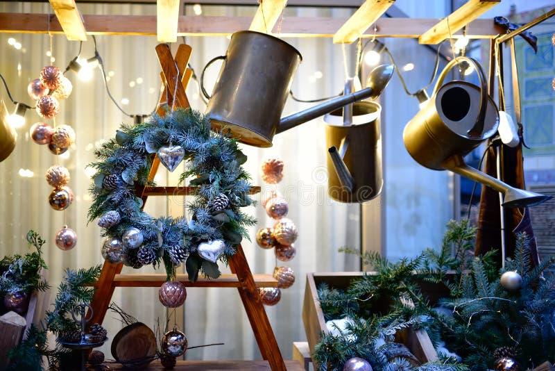 Julkrans med kottar och julleksaker på en trästruktur Dekorativt helvete som bevattnar kan arkivbilder
