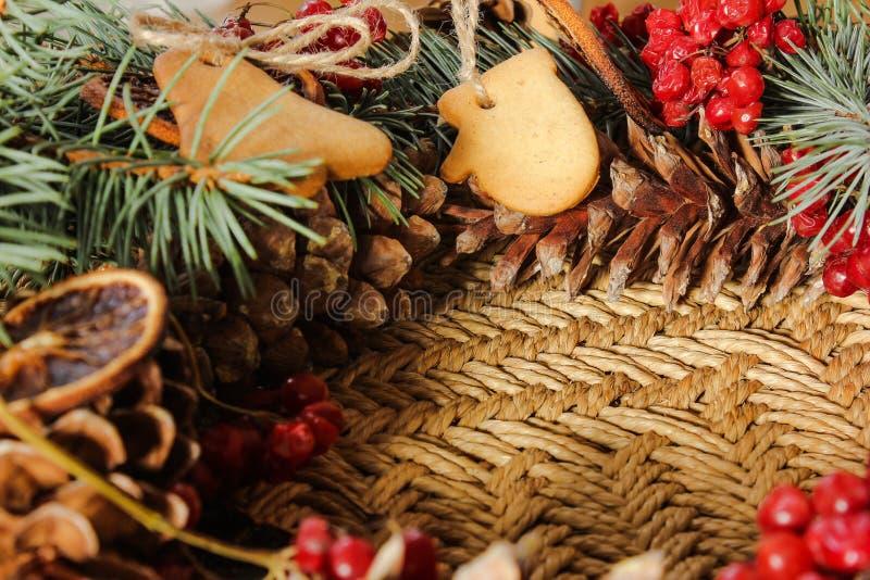 Julkrans med ljust rödbrun kex och den blåa granen arkivfoton