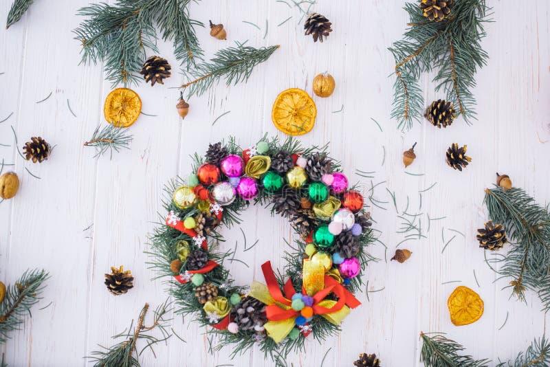 Julkrans med nytt års dekor på en vit träbakgrund royaltyfri bild