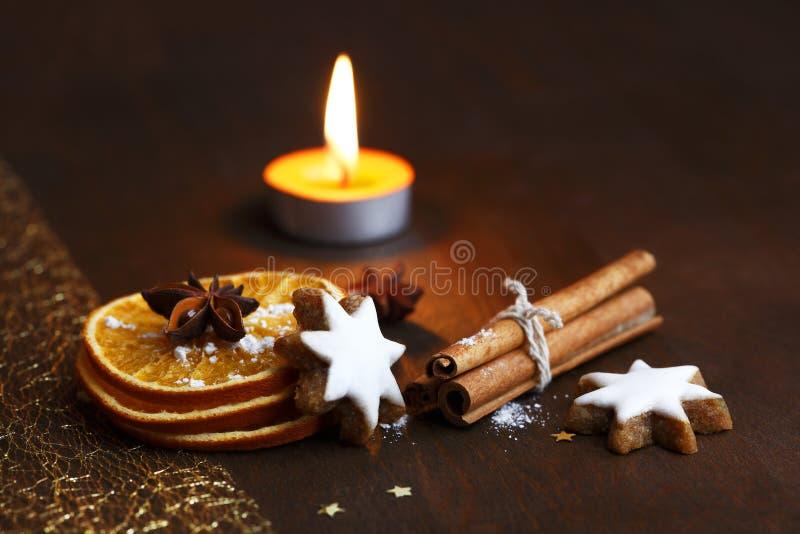 Julkrans med röda stearinljus royaltyfri fotografi