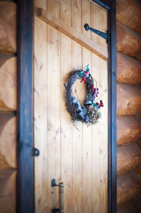Julkrans på trädörren i journalhuset arkivfoto
