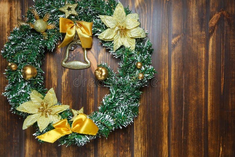 Julkrans som hänger på främre sikt för trädörr Garneringbegrepp arkivfoto