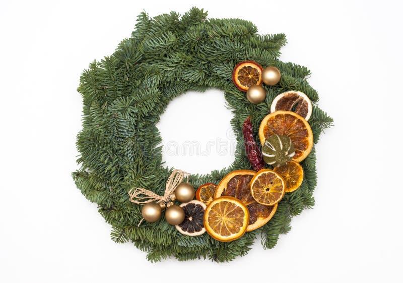 Julkransen dekorerade med apelsiner som isolerades på vit backgr royaltyfri foto