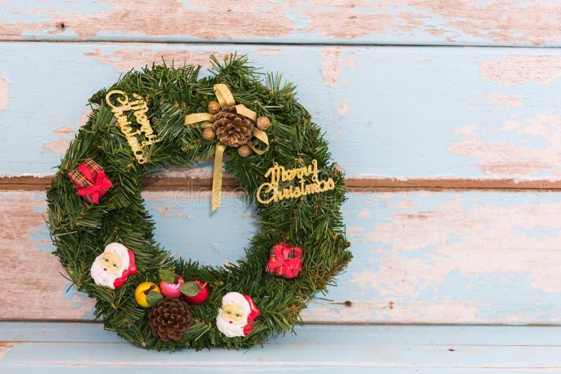 Julkransgarnering på träbakgrund för retro grungeblått arkivbild