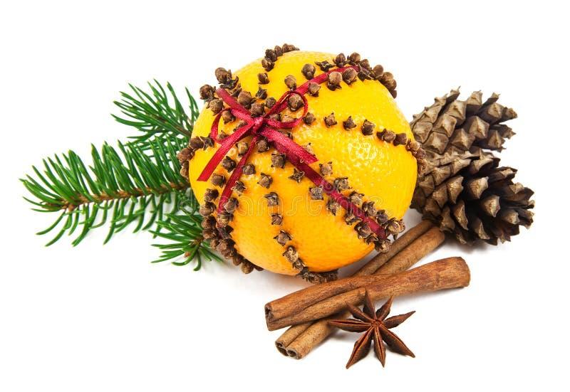 Julkryddnejlika och orange pomander royaltyfri bild