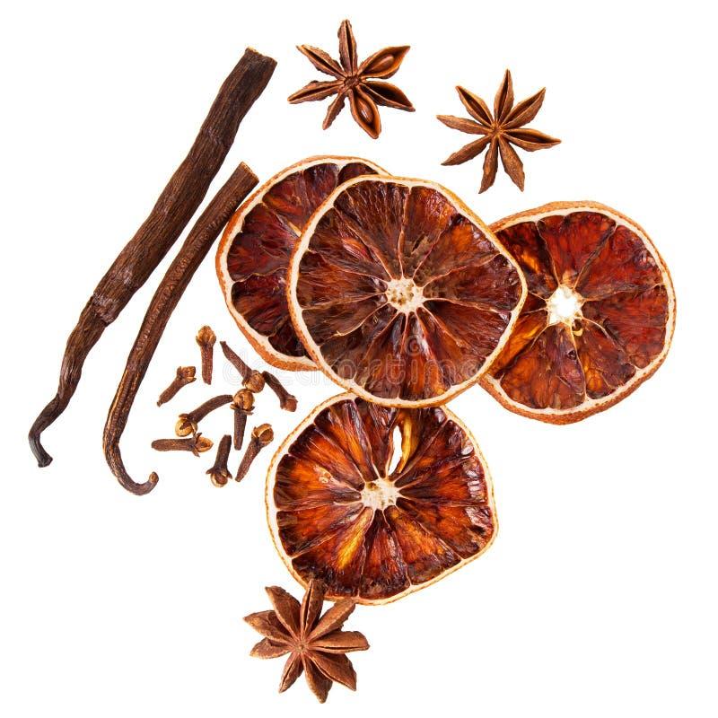Julkryddor f?r garnering Ingredienser f?r funderat vin som isoleras p? vit bakgrund royaltyfri bild