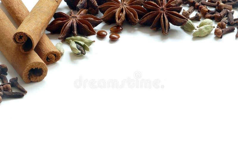 Julkryddor, te eller stekheta ingredienser för vinter som isoleras fotografering för bildbyråer
