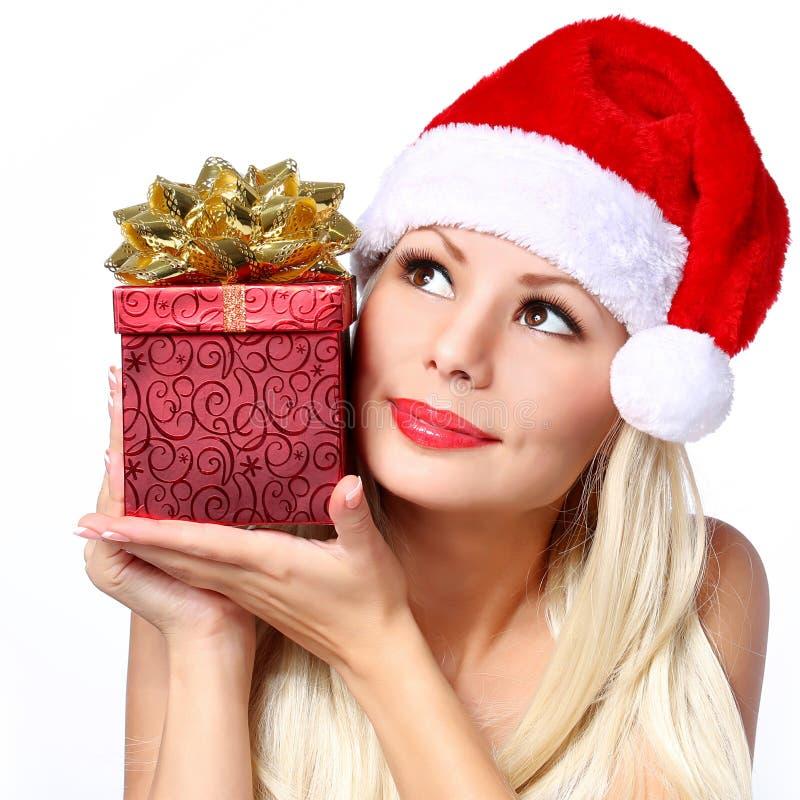 Julkvinna med gåvaasken. Lycklig härlig blond flicka fotografering för bildbyråer