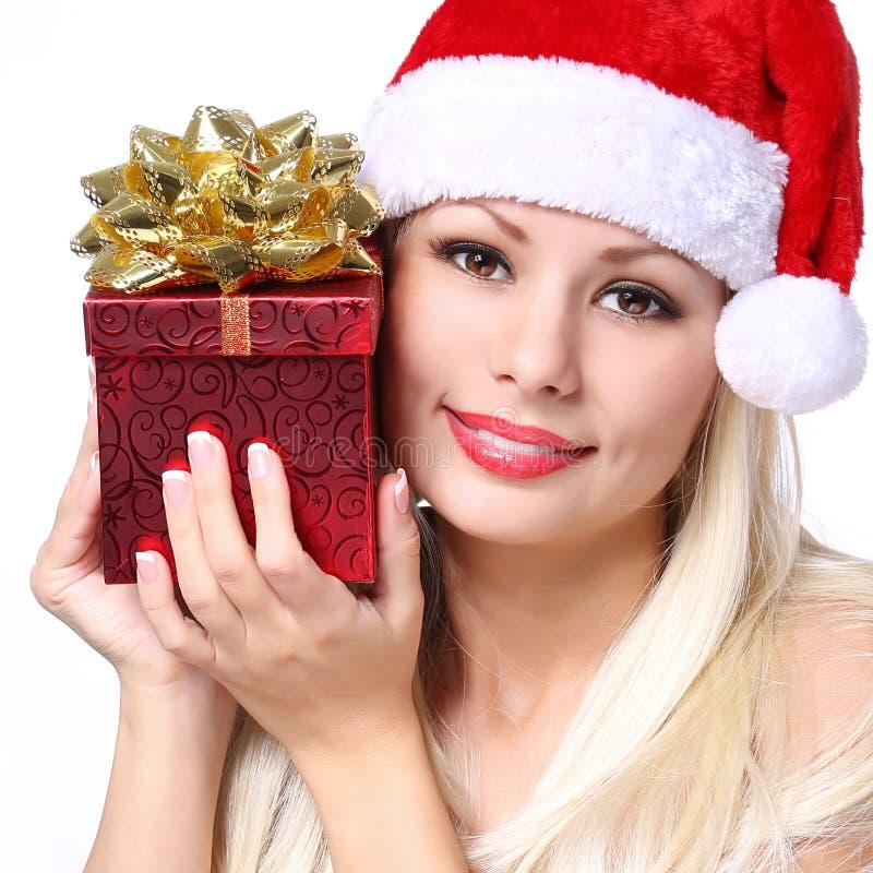 Julkvinna med gåvaasken. Lycklig härlig blond flicka royaltyfri fotografi