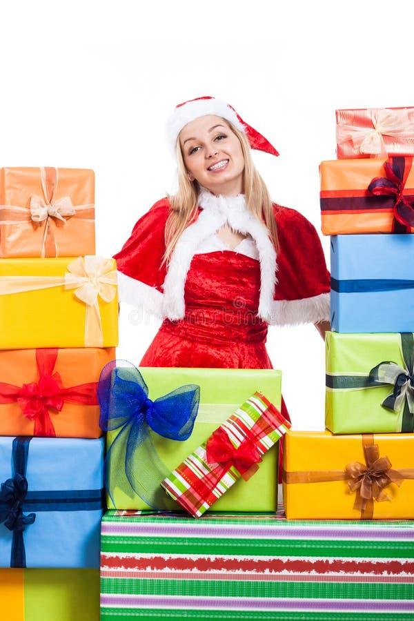 Julkvinna och många gåvor royaltyfria bilder