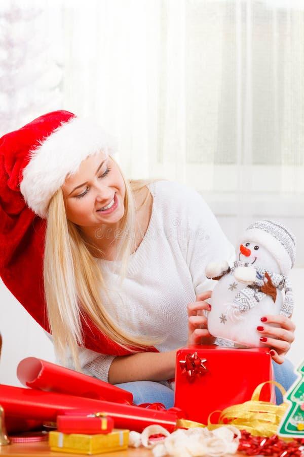 Julkvinna som plaing med snögubbeleksaken fotografering för bildbyråer