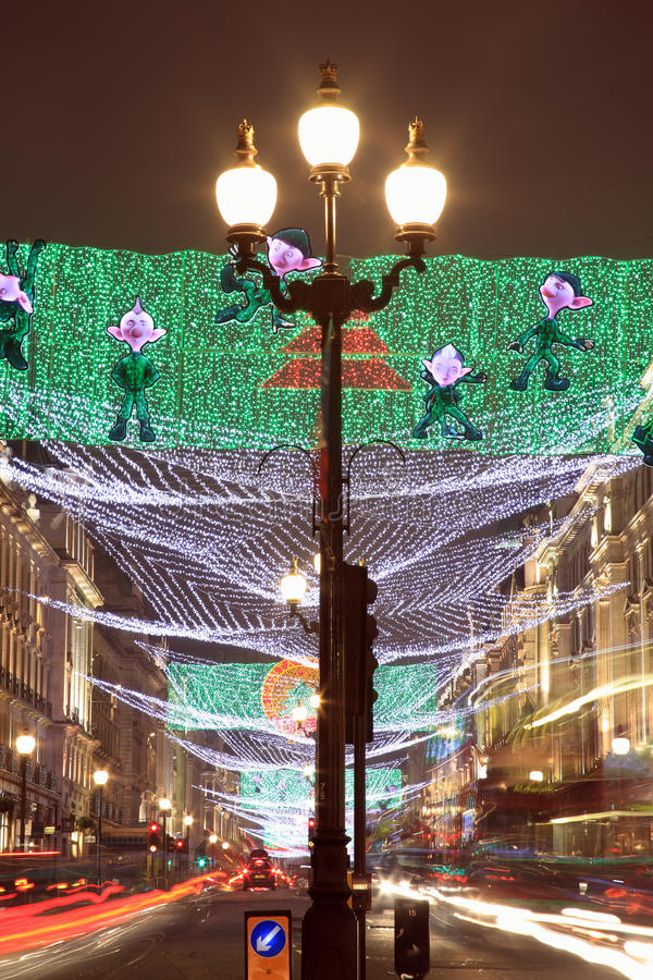 Jullampor längs den härska gatan royaltyfri fotografi