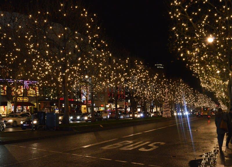 Jullamporna på Kurfurstendamm, Berlin, Tyskland, jul 2019 royaltyfri bild