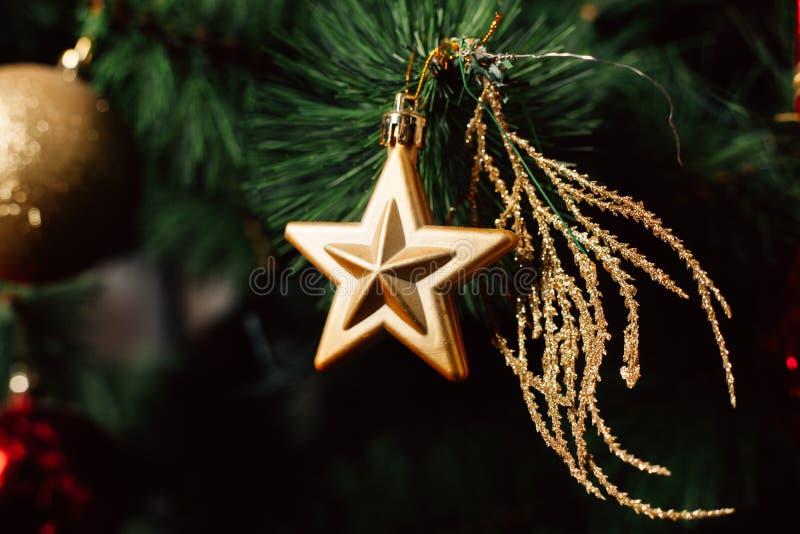 Julleksak på julgranen Dekorerad julgranboll Julbollslut upp Selektivt fokusera arkivfoton