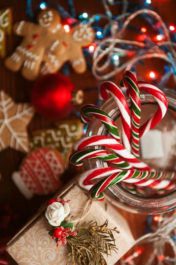 jullivstid fortfarande hemlagade ljust rödbrun kex, rottinggodis, på en träbakgrund royaltyfria foton