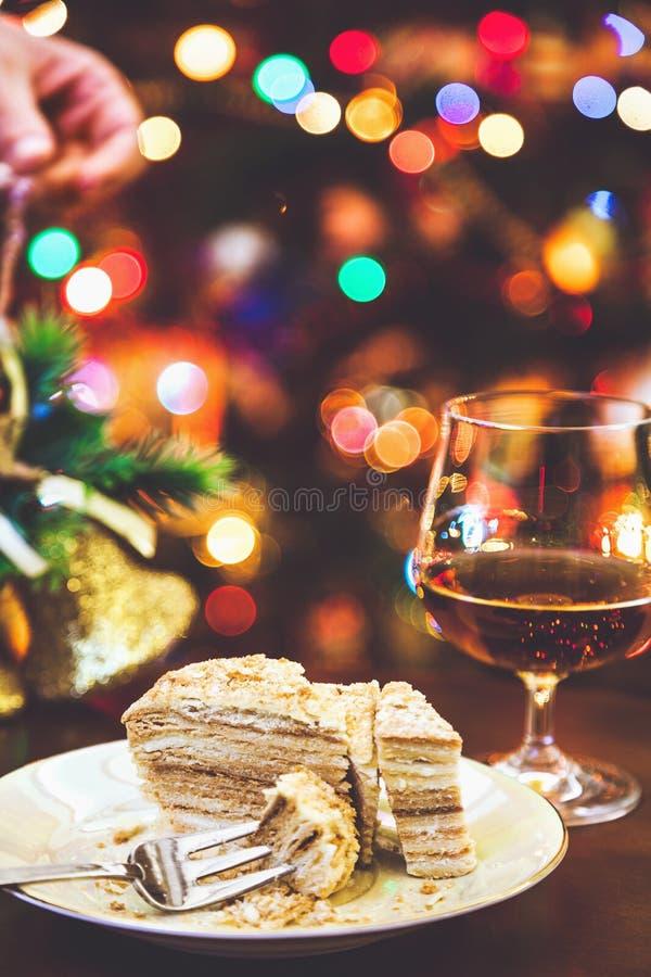jullivstid fortfarande Kaka, konjak, bula och julljus royaltyfri fotografi