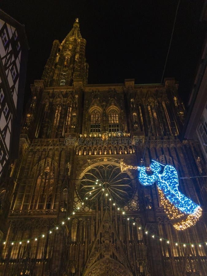 Julljus framme av Cathedrale Notre Dame i Strasbourg royaltyfria foton