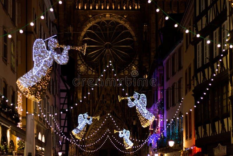 Julljus framme av Cathedrale Notre Dame i Strasbourg royaltyfria bilder