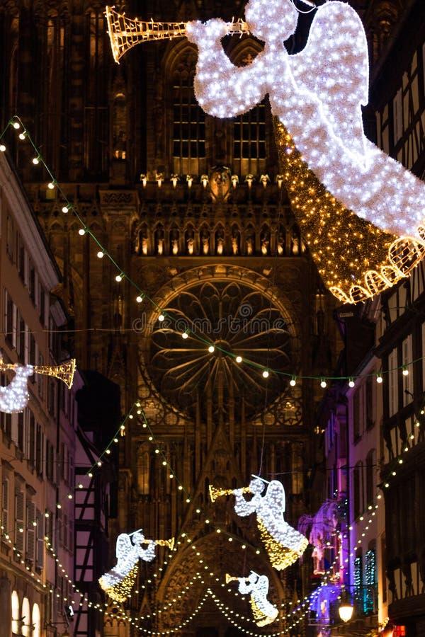 Julljus framme av Cathedrale Notre Dame i Strasbourg arkivbild