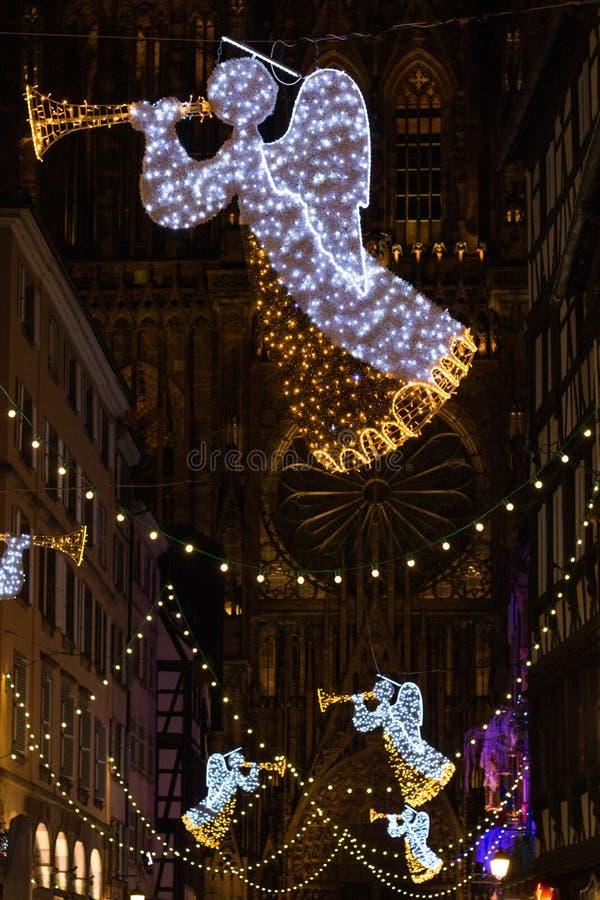 Julljus framme av Cathedrale Notre Dame i Strasbourg royaltyfri fotografi