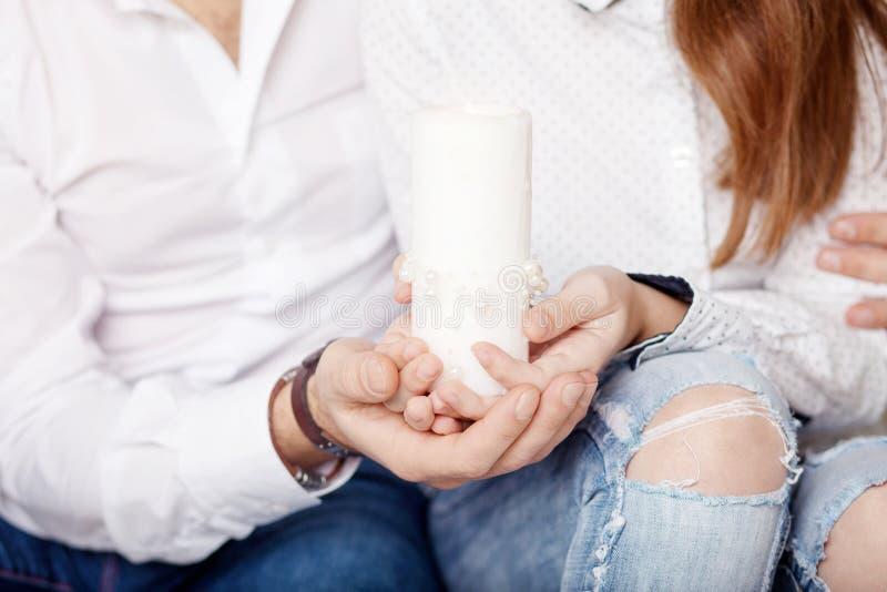 Julljus Juldekal Hand till far och dotter som håller i brinnande ljus Gott familjebegrepp royaltyfri fotografi