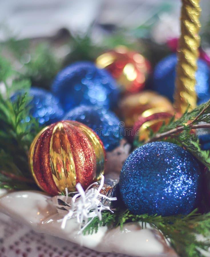 Julljus med färgrik garnering på tabellen royaltyfri bild