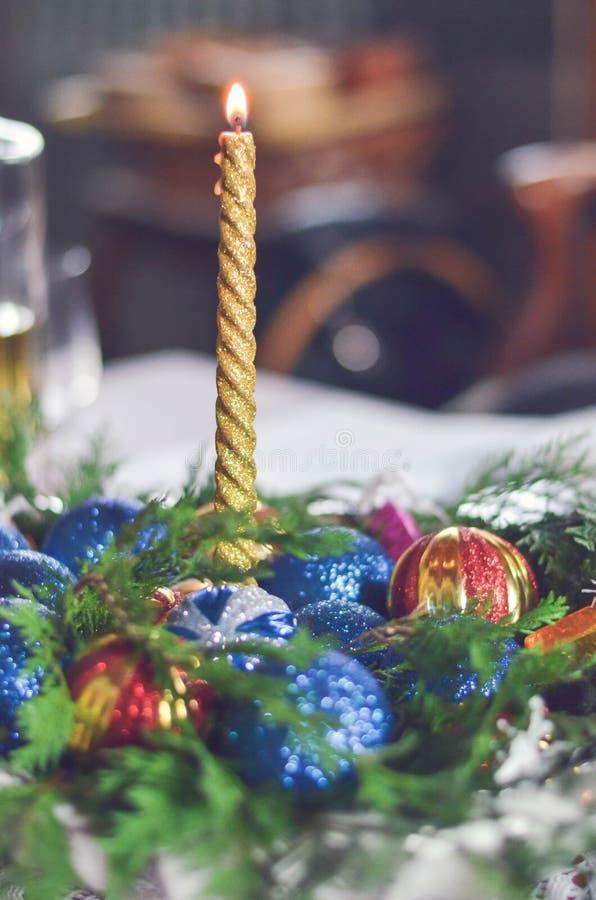 Julljus med färgrik garnering på tabellen royaltyfria foton