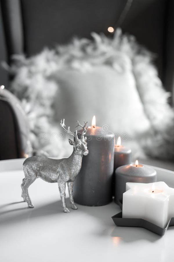 Julljus och dekor i hemmiljön royaltyfri foto