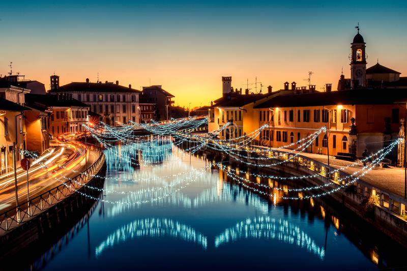 Julljus på tid för Navigli Milano Italien vinterxmas royaltyfri foto