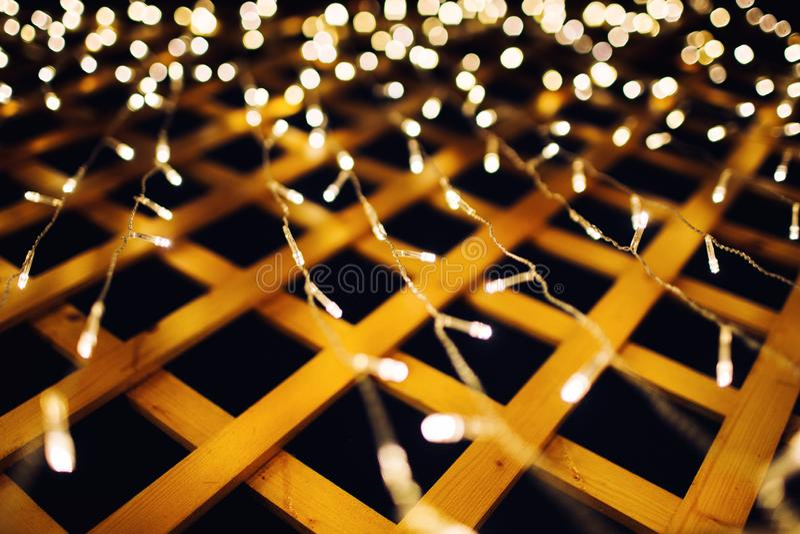 Julljus p? husbakgrundstextur i stad arkivfoto