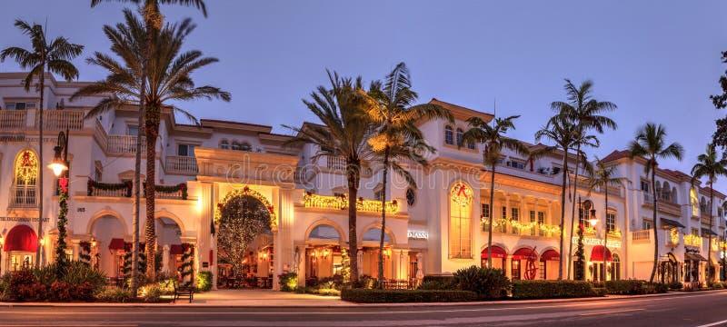 Julljus som soluppgångar över den franska restaurangen längs den 5th gatan i gamla Naples, Florida arkivfoton