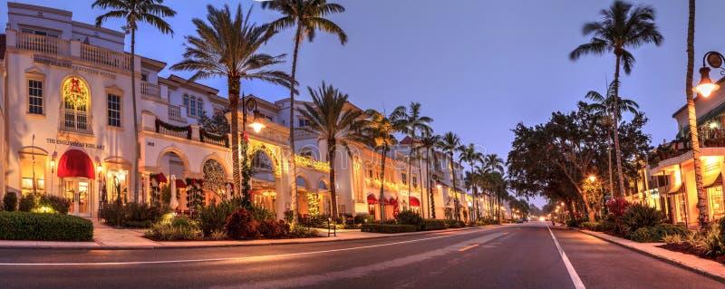 Julljus som soluppgångar över den franska restaurangen längs den 5th gatan i gamla Naples, Florida arkivbilder