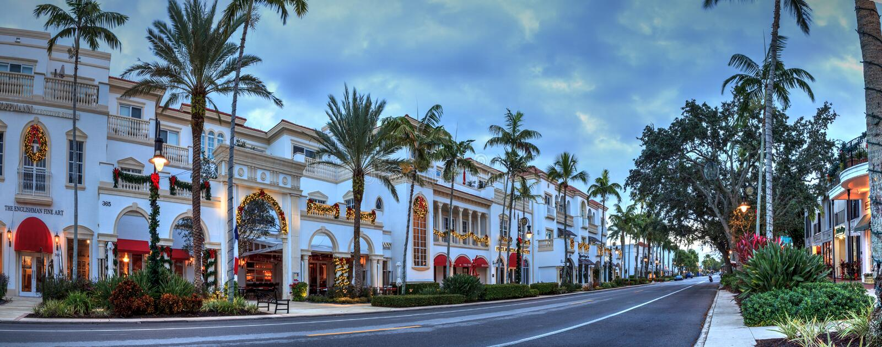 Julljus som soluppgångar över den franska restaurangen längs den 5th gatan i gamla Naples, Florida royaltyfri foto