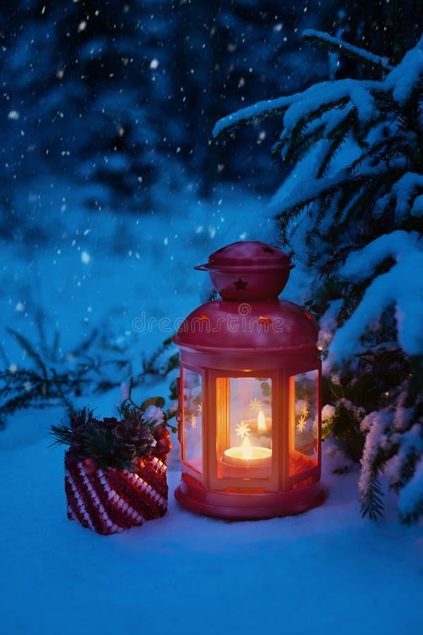 Jullykta under trädet med en gåva i träna chris fotografering för bildbyråer