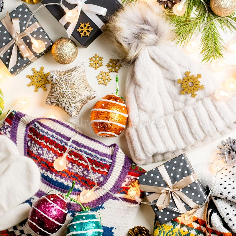 Jullynnesammansättning med jul tröja, hatt, gåvor och ljus Vinterbegreppslägenheten lägger, den bästa sikten royaltyfria foton