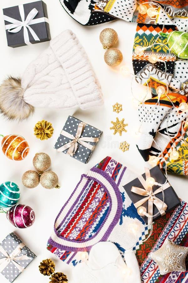 Jullynnesammansättning med jul tröja, hatt, gåvor och ljus Vinterbegreppslägenheten lägger, den bästa sikten arkivbilder