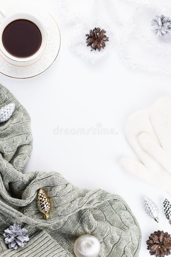 Jullynnesammansättning med jul tröja, hatt, varm drink, garneringar Vinterbegreppslägenheten lägger, den bästa sikten arkivfoto