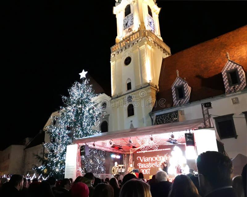 Julmarknad i Bratislava den huvudsakliga fyrkanten arkivbild