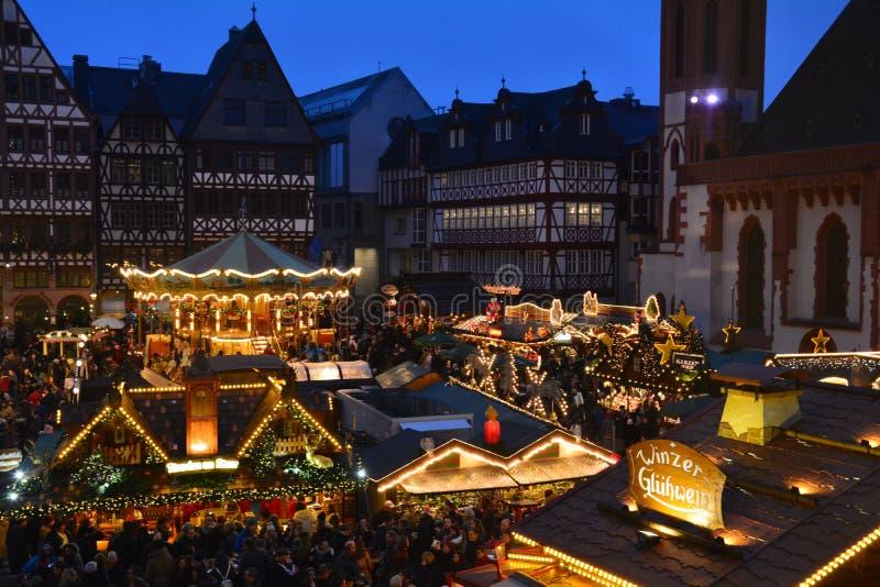 Julmarknad i den Frankfurt Tyskland arkivfoton