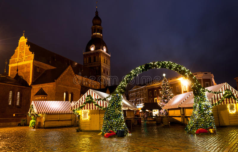 Julmarknad i Riga kupolfyrkant royaltyfria foton
