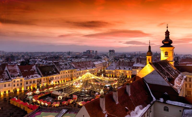 Julmarknad i Sibiu, Transylvania Rumänien fotografering för bildbyråer