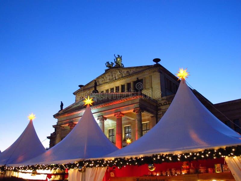 Julmarknad och Konzerthaus Berlin Germany arkivbild