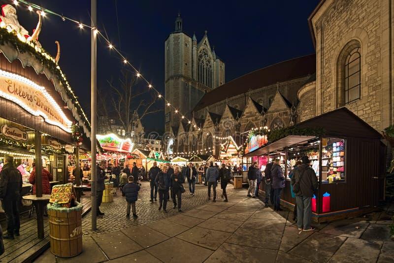 Julmarknaden runt Brunswick Cathedral i Braunschweig, Tyskland royaltyfri bild