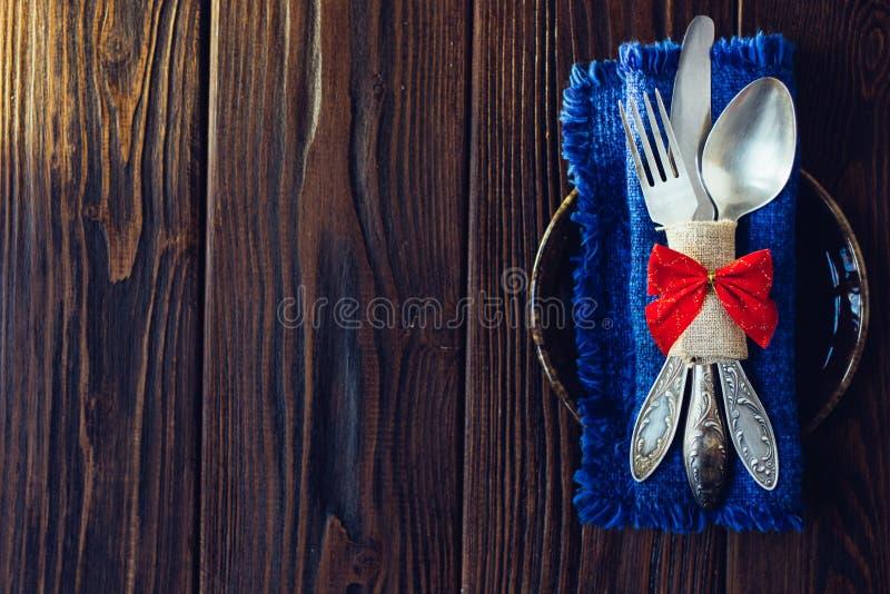 Julmeny - sked, gaffel och kniv över träbakgrund royaltyfria bilder