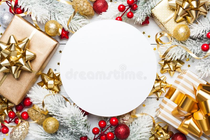Julmodell med gåvor eller gåvaaskar, snöig granträd och feriegarneringar på den vita träbästa sikten för tabell Lekmanna- lägenhe royaltyfri fotografi