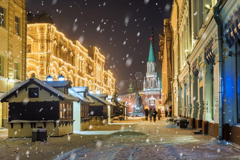 JulMoskva Nikolskaya gata på natten i Moskva royaltyfri bild