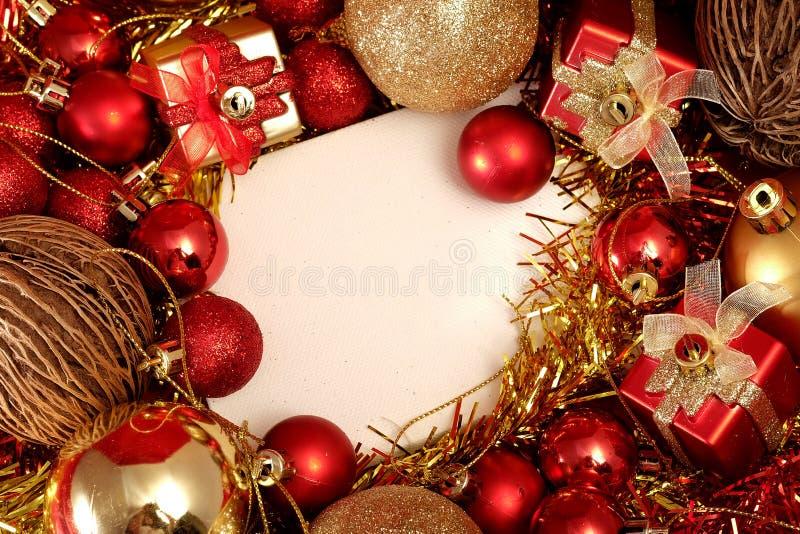 Julobjekt i rött och guld- tema med den vita ramen för skriver ord fotografering för bildbyråer