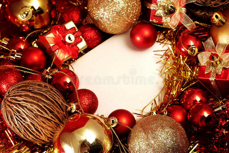 Julobjekt i rött och guld- tema med den vita ramen för skriver ord arkivfoto