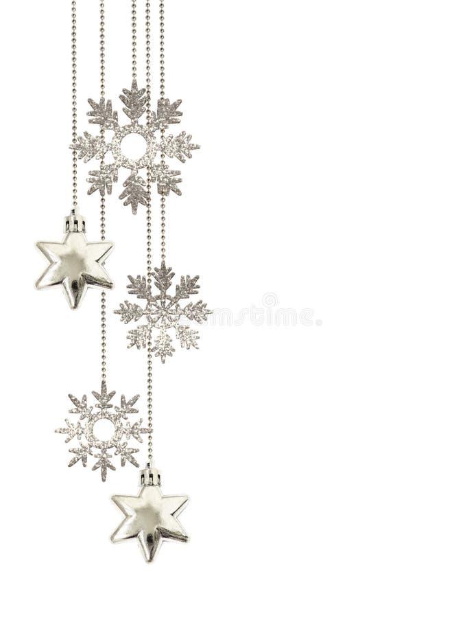Julordning med att hänga dekorativa silverstjärnor och att blänka snöflingor arkivfoton